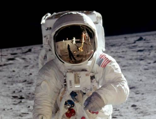 Fotografía de Buzz Aldrin en la superficie de la Luna. Reflejado en su casco vemos a Neil Armstrong tomando esta foto y el módulo lunar Eagle