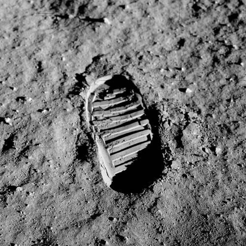 Una de las fotos mas famosas del viaje del Apolo 11: Una huella de Aldrin en la superficie de la Luna