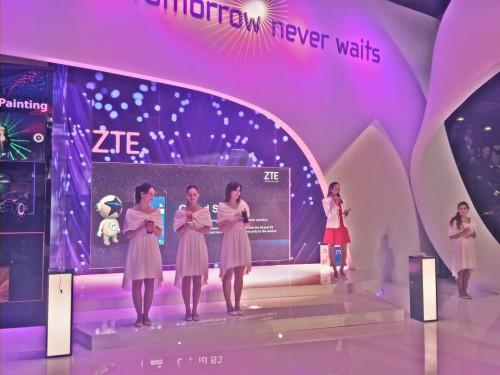 Las azafatas de ZTE nos muestran las últimas creaciones de la compañía